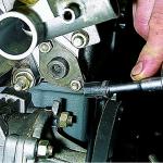 Порядок действий при проведении процедуры снятия натяжителя цепи привода распредвала, а также трубки на впрысковом моторе ваз 21214