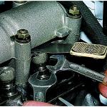 Как отрегулировать в клапанном механизме карбюраторного двигателя ваз 21214 тепловые зазоры?